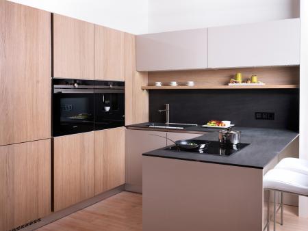 Nová kuchyň v provedení dubová dýha s lakovanými dvířky