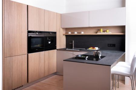 nová kuchyň dýha dub +lak lesk , keramická pracovní deska BASALT BLACK, Pardubice obr.526